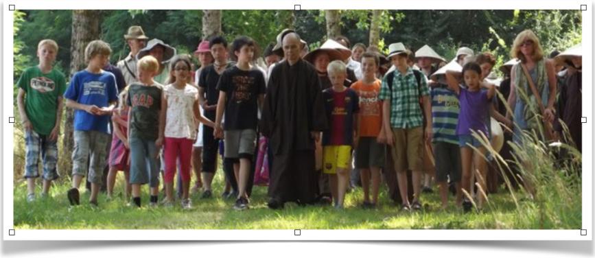 Thich Nhat Hanh et la marche méditative avec les enfants